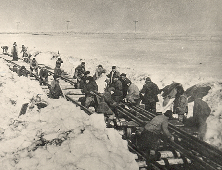 Political prisoners working to build a railway line, <br/> Komi Republic, 1941.