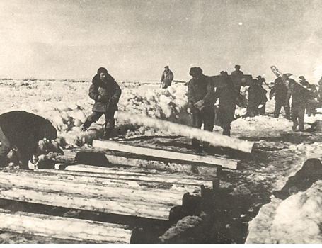 olitical prisoners working to build a railway line, <br/> Komi Republic, 1941.