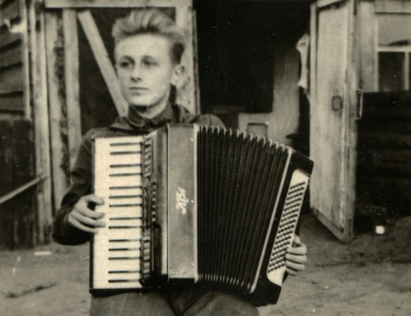 Rimgaudas Ruzgys playing the accordion in deportation